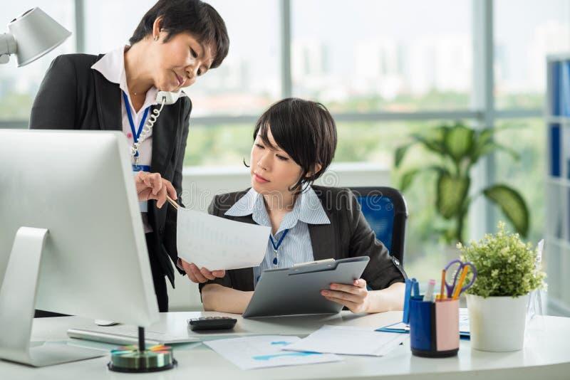 Weibliche Kollegen lizenzfreie stockfotos