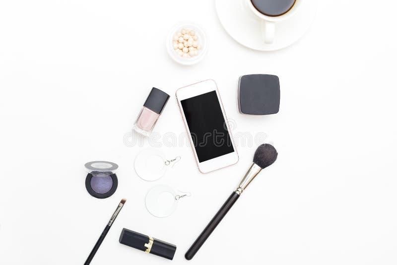 Weibliche Kosmetik und Zubehör auf einem weißen Hintergrund Schönheit f lizenzfreies stockfoto