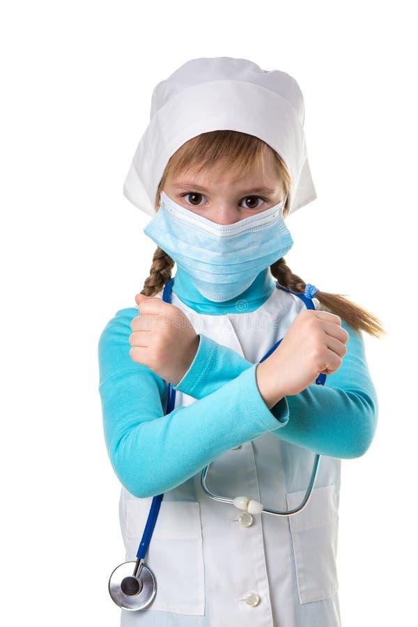 Weibliche Krankenschwester, die das Querzeichen trägt medizinische Maske im weißen weißen Hintergrund der Robe und des Stethoskop lizenzfreies stockbild