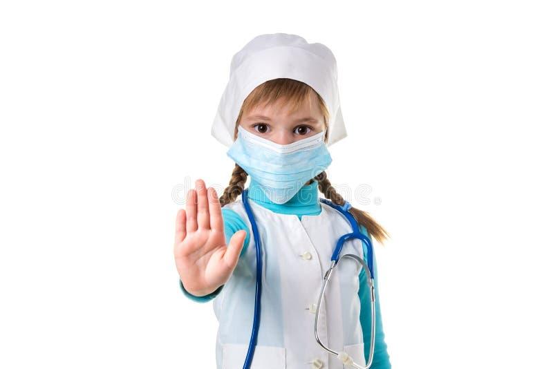 Weibliche Krankenschwester, die Stoppschild mit der Palme trägt medizinische Maske tut Warnender Ausdruck mit negativer und ernst lizenzfreie stockfotos