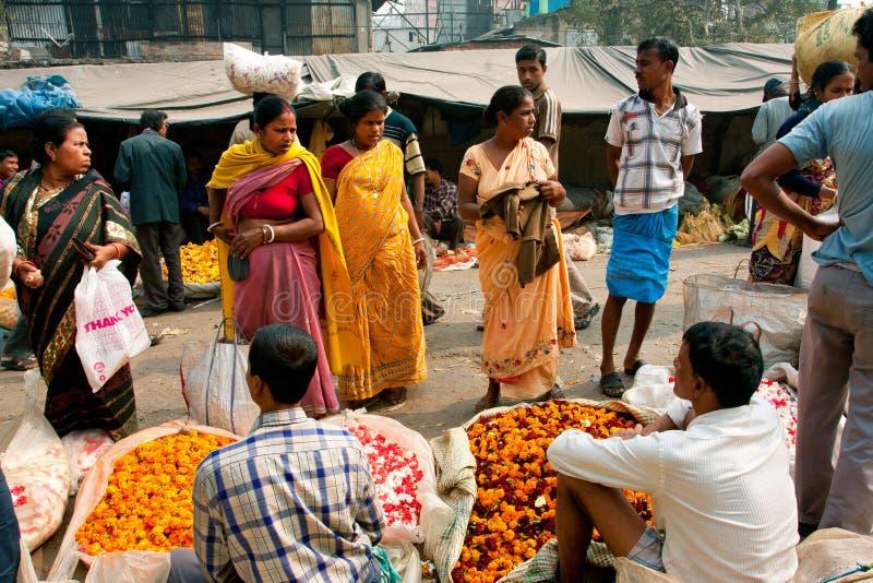 Weibliche Kunden sprechen mit Händlern des Blumen-Marktes stockfoto