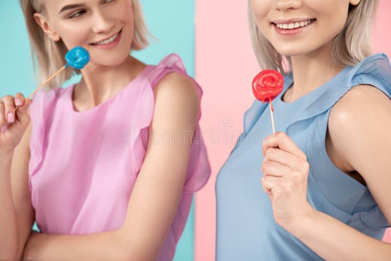 Weibliche Leute, die zuckerhaltige Produkte genießen stockfotografie