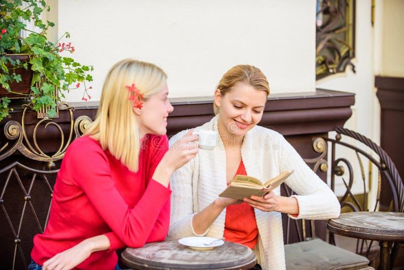 Weibliche Literatur Ablesen des Anspornungsbuches Selbstverbesserung und -ausbildung Diskussion des populären Bestsellerbuches Bu lizenzfreies stockfoto
