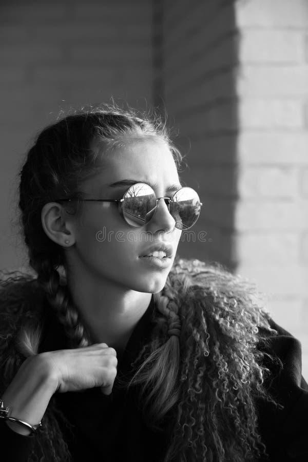 Weibliche Mode, Schönheit und Anzeigenkonzept Mädchen mit Zöpfen in der Sonnenbrille lizenzfreie stockbilder