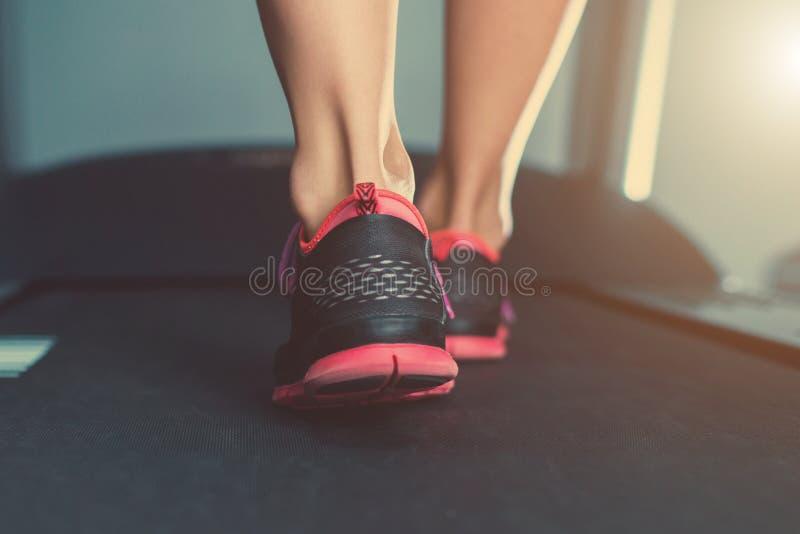 In TurnschuhenDie Auf Den Füße Weibliche Muskulöse Der pqMzSVGU