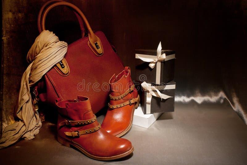 Weibliche Paare der eleganten Stiefel mit einer Ledertasche, Geschenkbox Herbst vorhanden stockbild