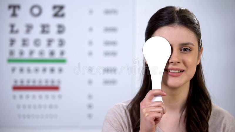 Weibliche Patienten schließen Auge, Lächeln und Nicken, zufrieden mit dem Behandlungsergebnis lizenzfreies stockfoto