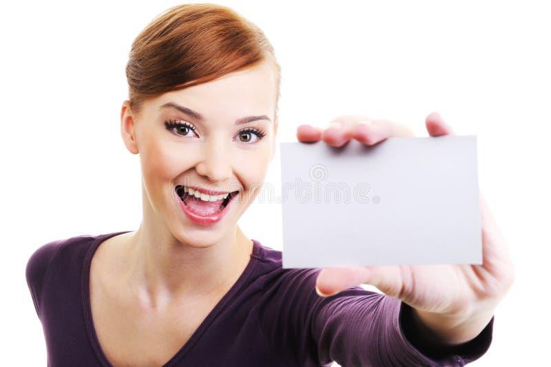 Weibliche Person mit unbelegter Visitenkarte in der Hand stockfotografie