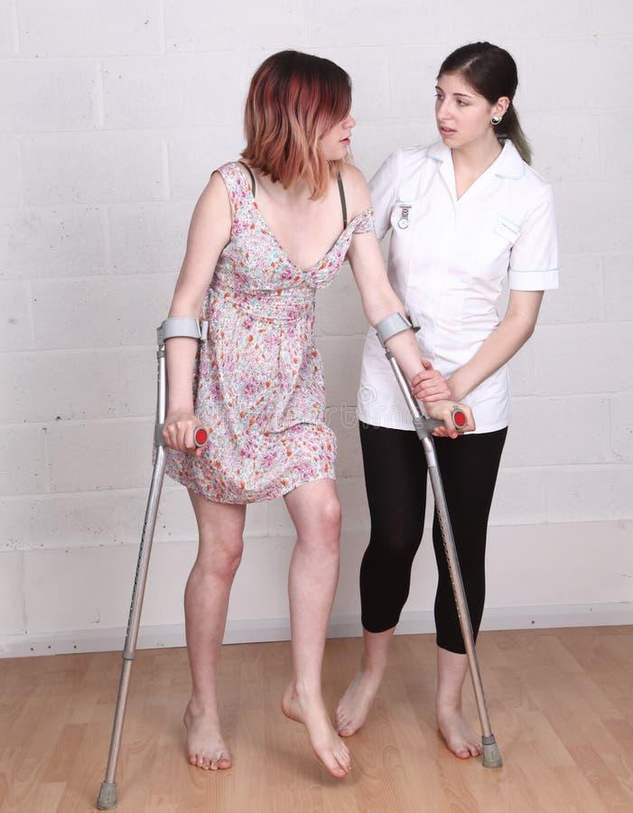 Weibliche Physiotherapeutenkrankenschwester stockbild