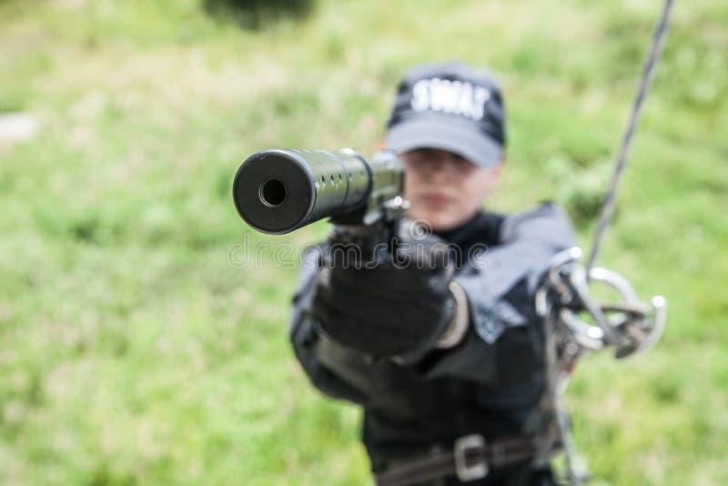 Weibliche Polizeibeamte FLIEGENKLATSCHE stockbild