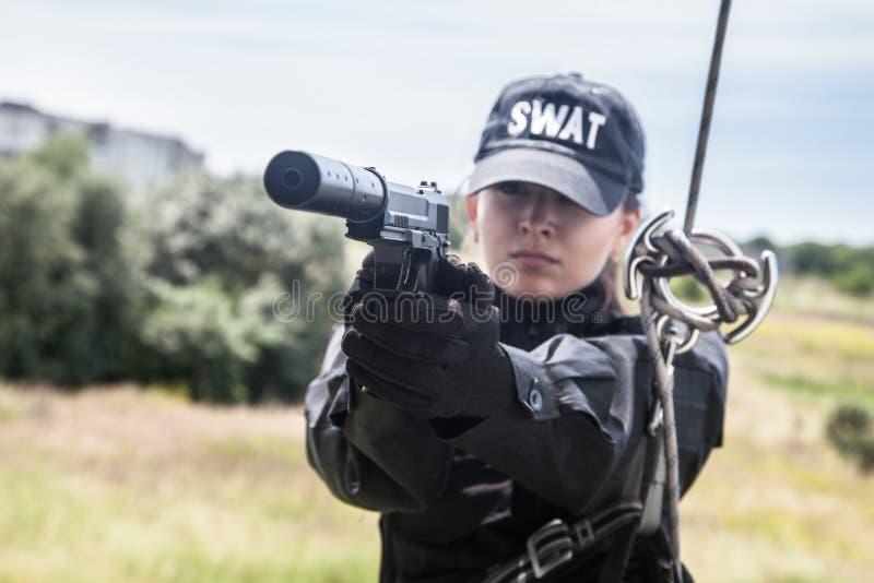 Weibliche Polizeibeamte FLIEGENKLATSCHE lizenzfreie stockfotos