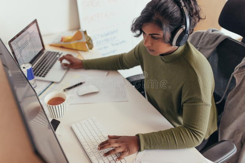 Weibliche Programmiererkodierung auf Computer lizenzfreies stockbild
