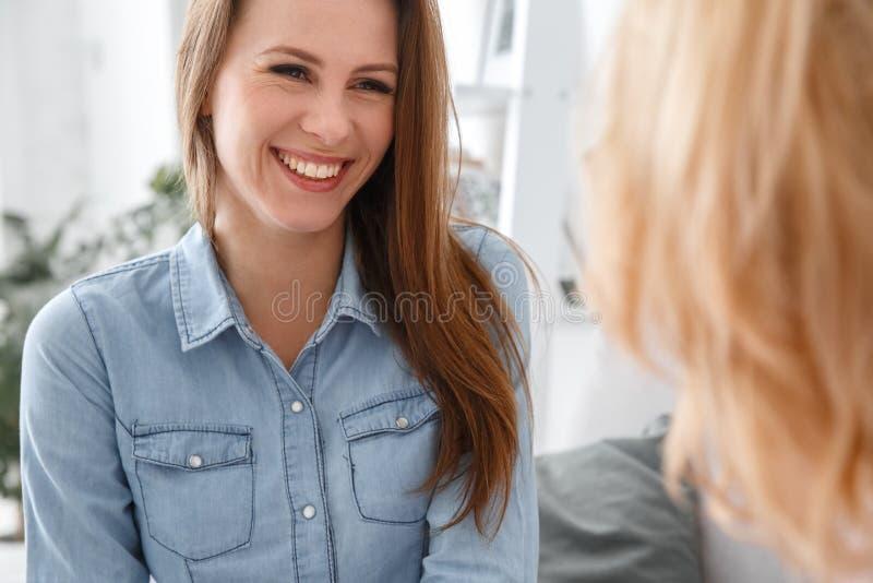 Weibliche psychologyst Therapie-Sitzung mit dem Kunden, der zuhause lächelnde nette Nahaufnahme des Patienten sitzt lizenzfreie stockfotos