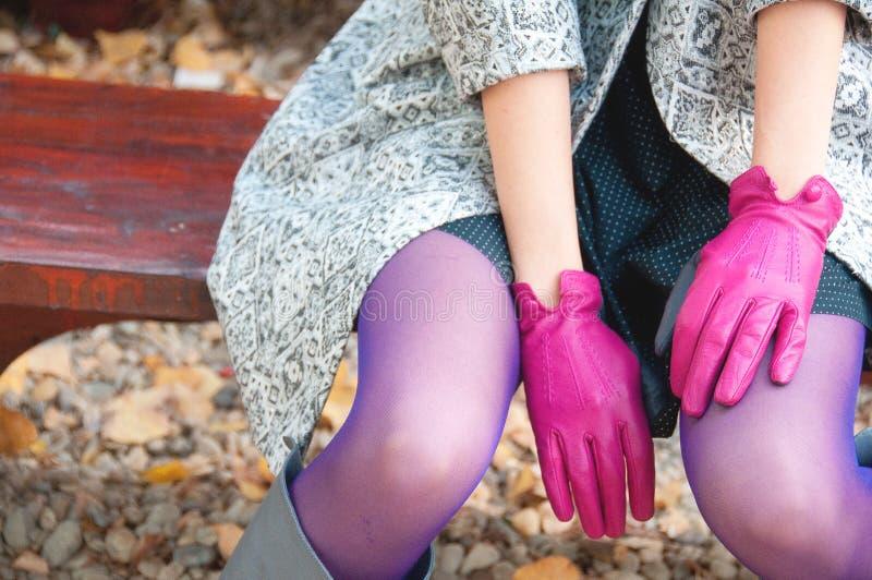 Weibliche purpurrote Modedetails stockfotos