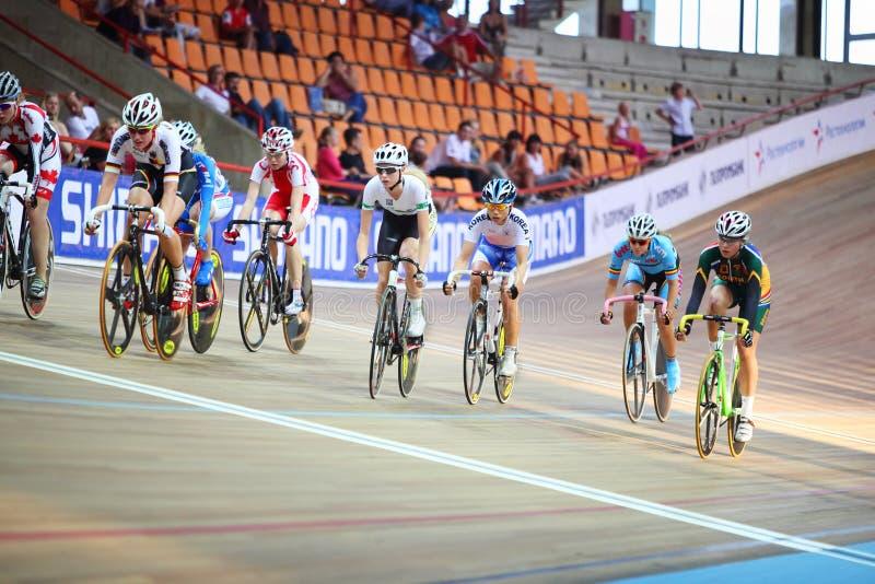 Weibliche Radfahrer an den UCI Jüngermeisterschaften stockfotos
