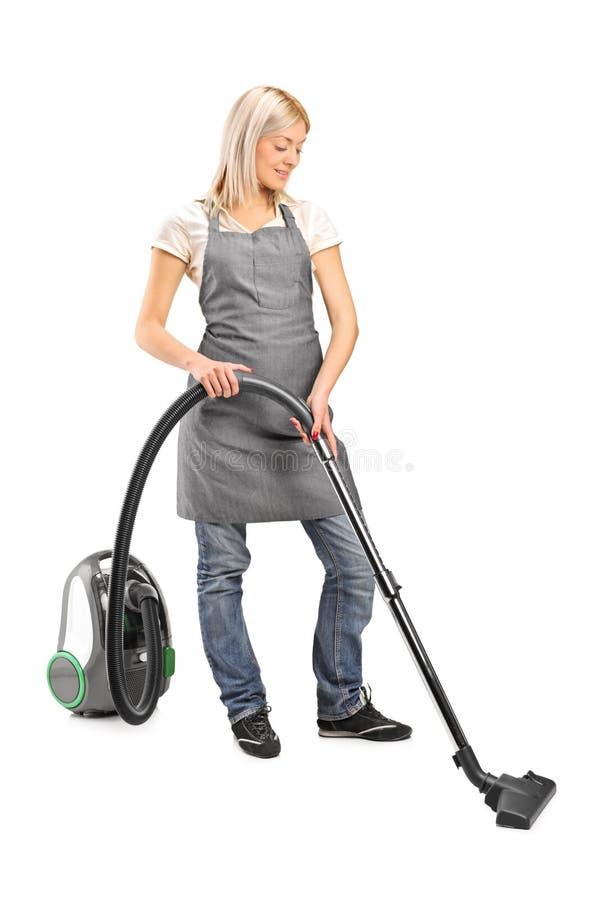 Weibliche Reinigung mit Staubsauger lizenzfreie stockfotografie