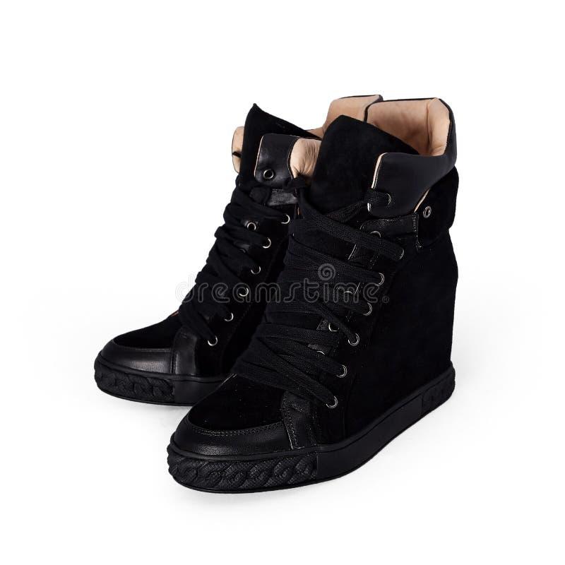 Weibliche schwarze Schuhe über Weiß stockfotos