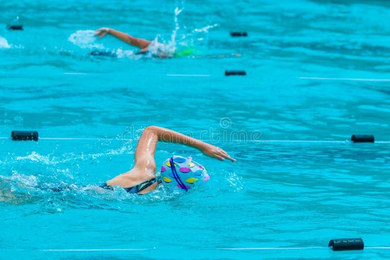 Weibliche Schwimmer, die Schöße an einem lokalen Swimmingpool schwimmen lizenzfreies stockfoto