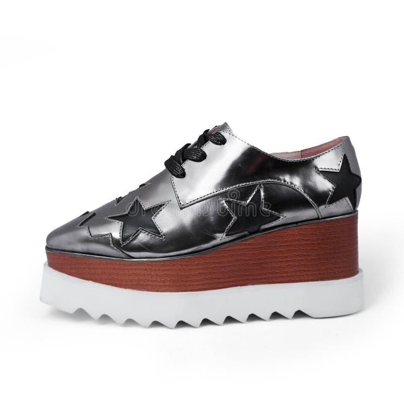 Weibliche silberne Schuhe stockbilder
