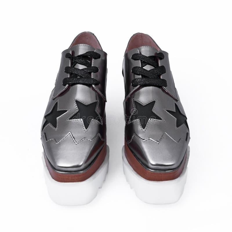 Weibliche silberne Schuhe stockfoto