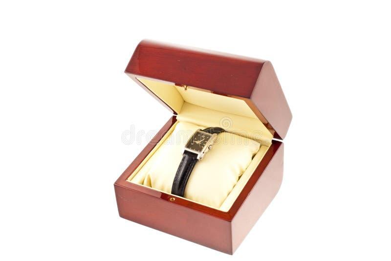 Weibliche silberne Uhr in einem hölzernen Kasten lizenzfreie stockfotografie