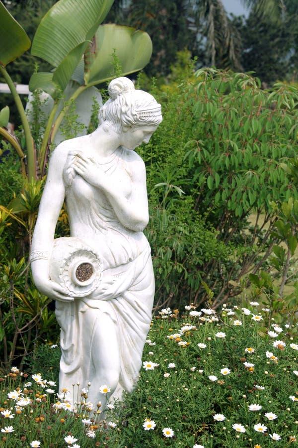 Weibliche Skulptur in einem Garten lizenzfreies stockbild