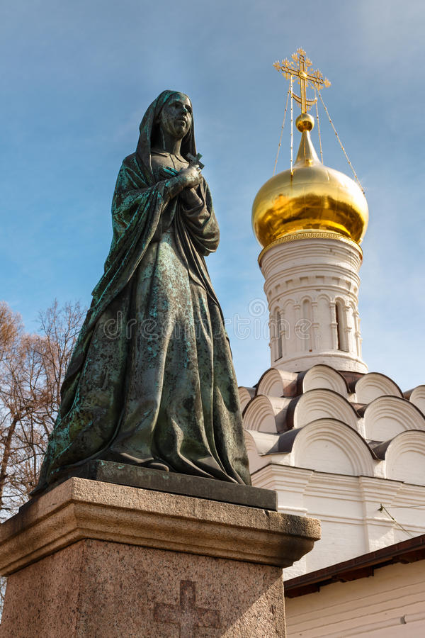 Weibliche Statue auf Kirchhof Friedhof von Donskoy-Kloster, Moskau, Russland stockfotos