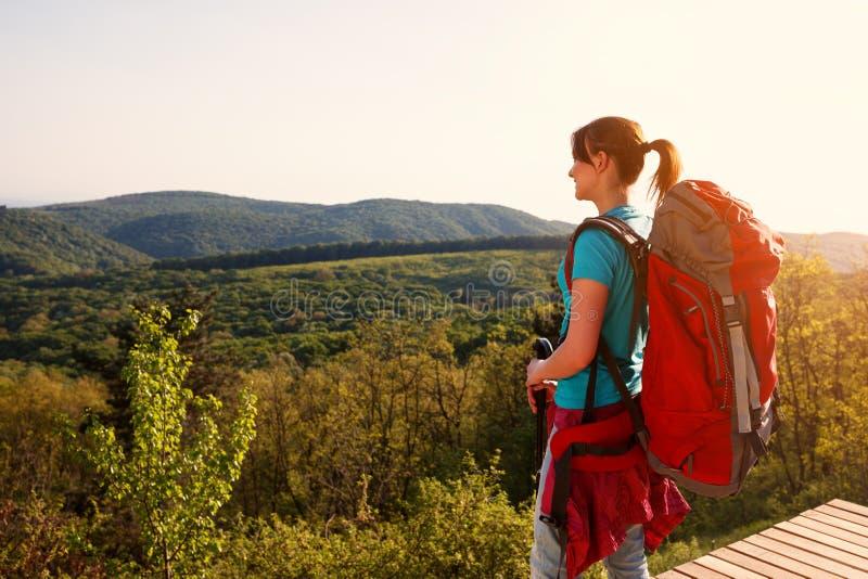 Weibliche Stellung des Wanderers oben und Panorama schauend lizenzfreies stockfoto
