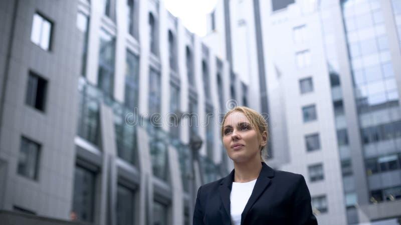 Weibliche Stellung im Geschäftszentrum, voll von der Bestimmung, Gleichberechtigung der Geschlechter lizenzfreies stockfoto