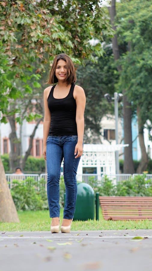 Weibliche Stellung im Park stockfoto