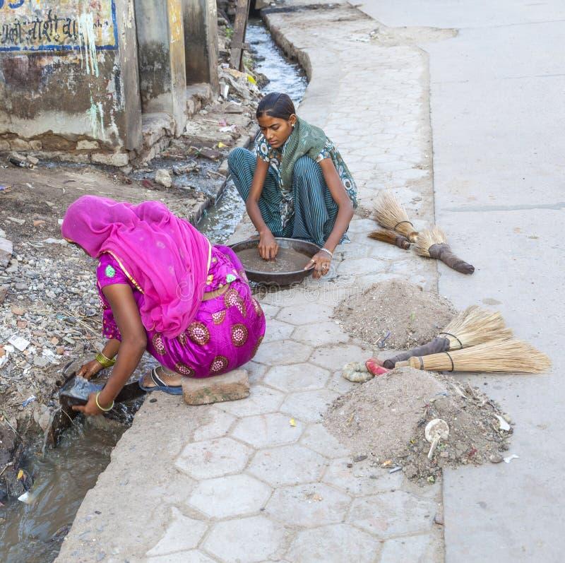 Weibliche Straßenkehrmaschine in Bikaner, Indien stockbild