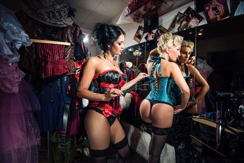 weibliche Tänzer des Kabaretts am Spiegel in der Umkleidekabine lizenzfreie stockfotografie