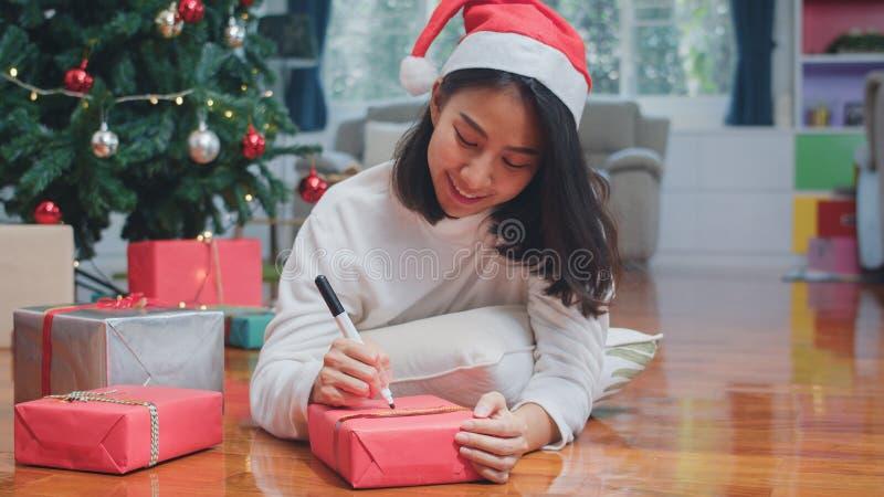 Weibliche Teenager tragen Pullover und Santa, die entspannen glücklich schreiben Sie wünschen sich ein Geschenk nahe Weihnachtsba stockbild