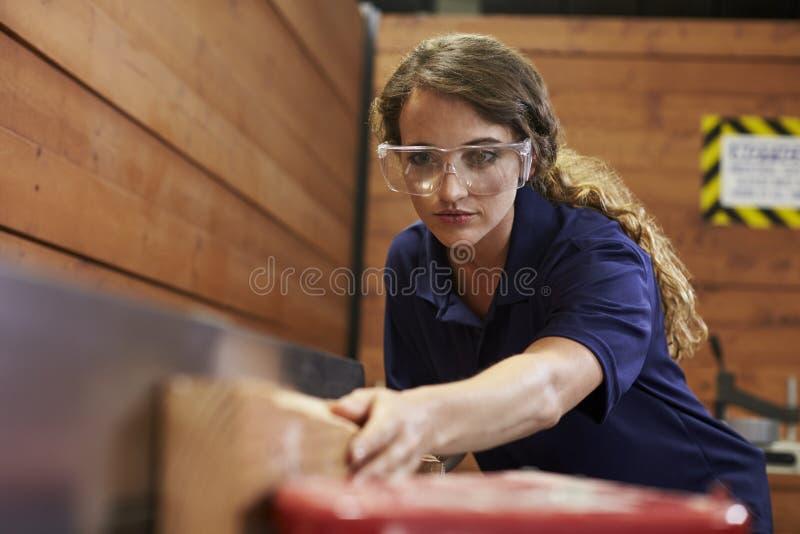 Weibliche Tischler-Using Plane In-Holzbearbeitung Woodshop lizenzfreies stockfoto
