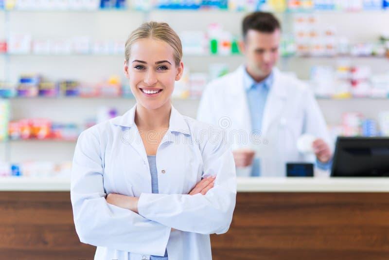 Weibliche und männliche Apotheker lizenzfreies stockfoto