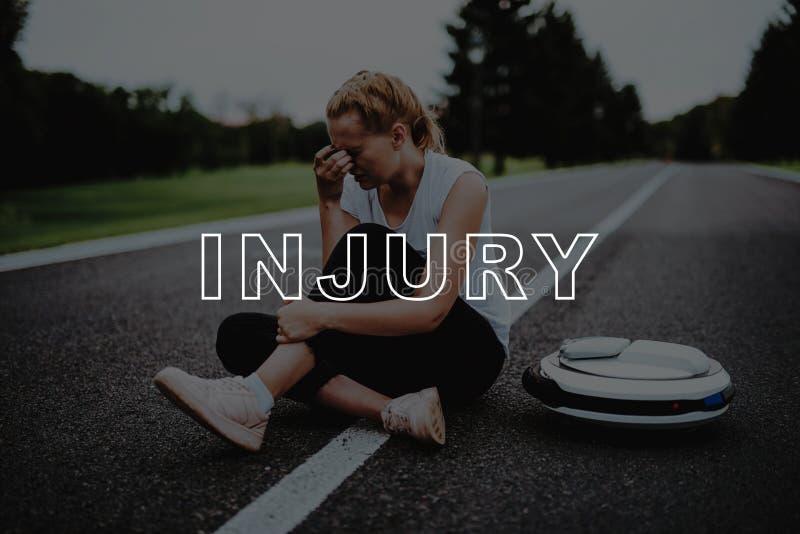 Weibliche Unebenheiten quetschten Bein Umkippen-Mädchen sitzen auf Straße lizenzfreies stockfoto