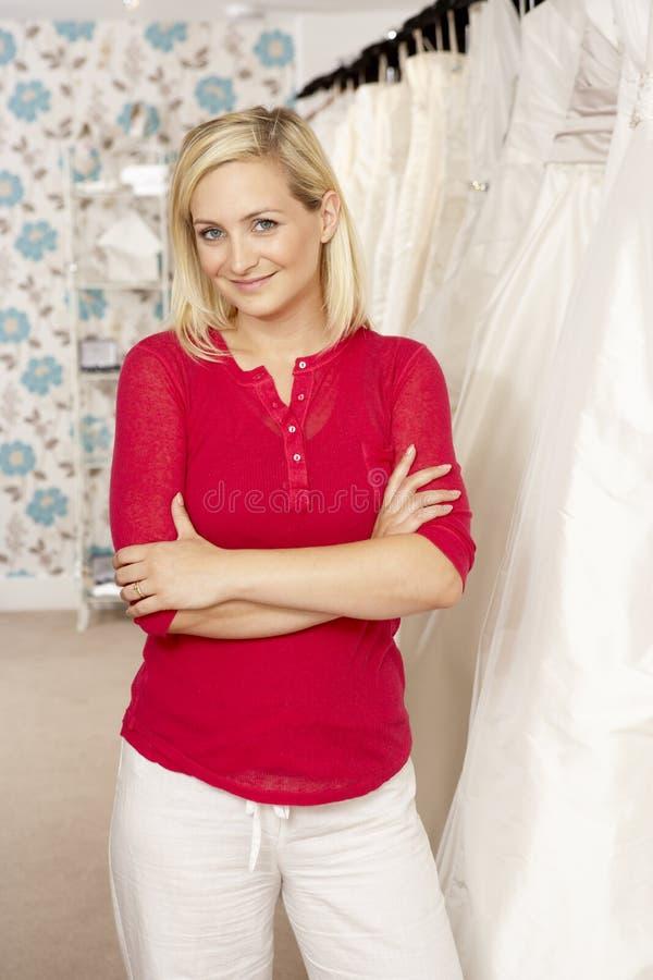 Weibliche Verkäufe behilflich im bridalwear Speicher lizenzfreie stockfotografie