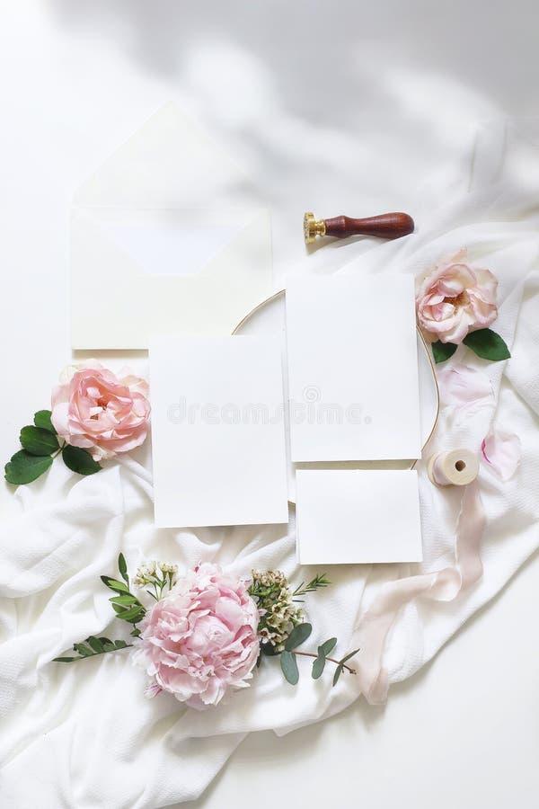 Weibliche vertikale Hochzeit, Geburtstagsmodellszene Grußkarten des leeren Papiers, Umschlag, ucalyptus, rosa Rosen, Pfingstrose lizenzfreies stockbild