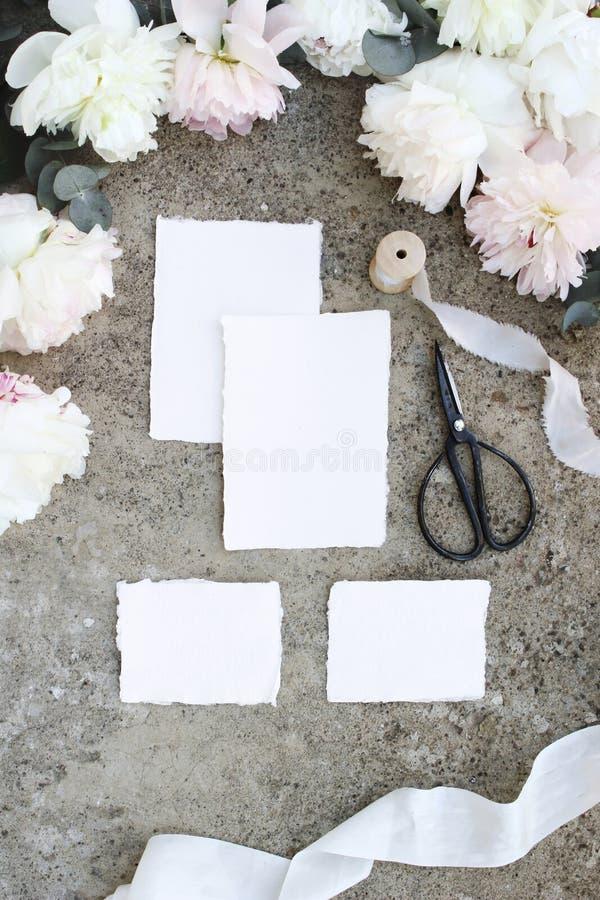 Weibliche vertikale Hochzeit, Geburtstagsmodellszene Leere Kraftpapiergrußkarten, Eukalyptus, Pfingstrose blüht Blumen, Weinleses stockfotografie
