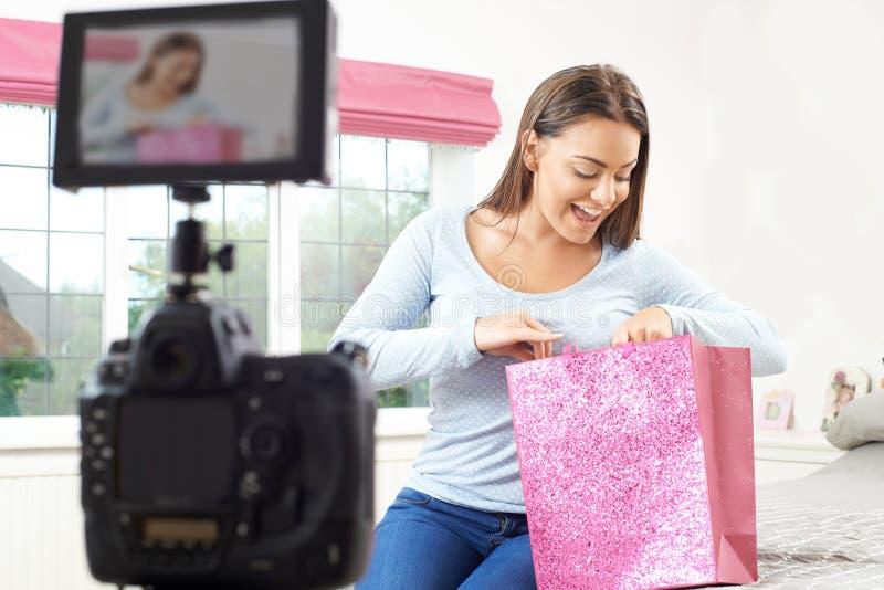Weibliche Vlogger-Aufnahme-Sendung im Schlafzimmer stockbilder