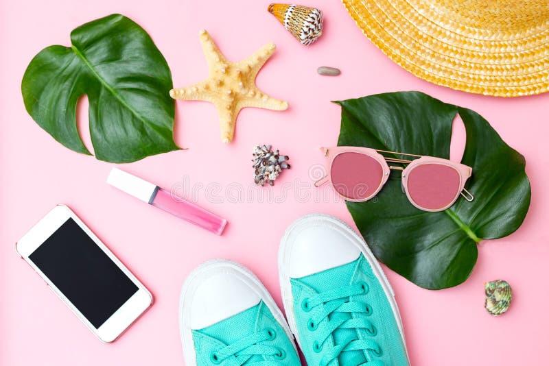 Weibliche Zusätze der Sommerzeit und der Reise auf rosa Hintergrund Flache Lage lizenzfreies stockbild