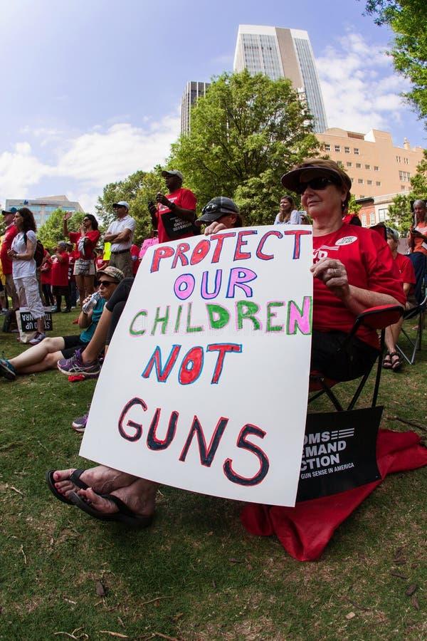 Weiblicher älterer Bürger hält Antigewehr-Zeichen an Atlanta-Sammlung lizenzfreie stockfotos