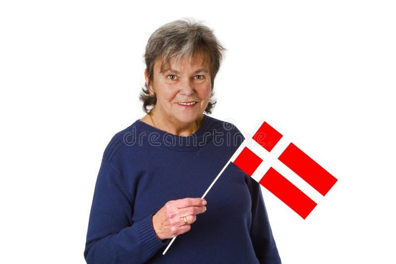 Weiblicher Älterer mit dänischer Markierungsfahne lizenzfreie stockfotografie