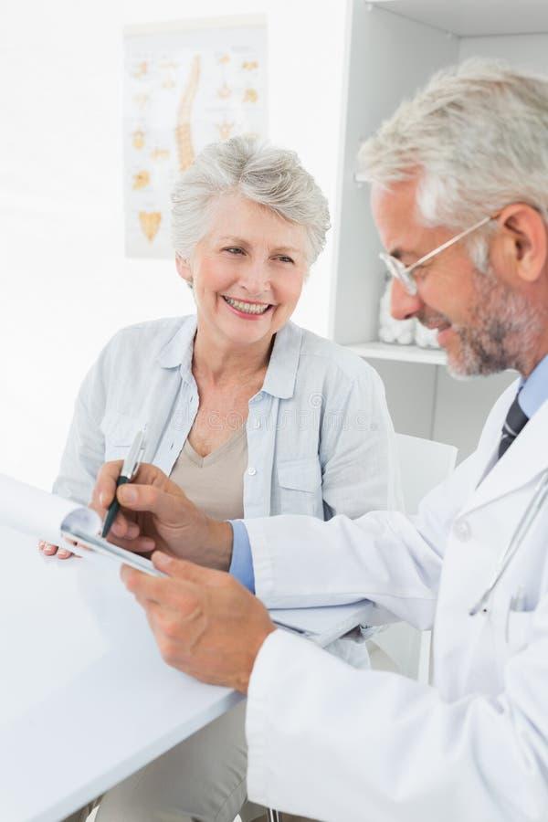 Weiblicher älterer Patient, der einen Doktor besucht lizenzfreie stockfotografie