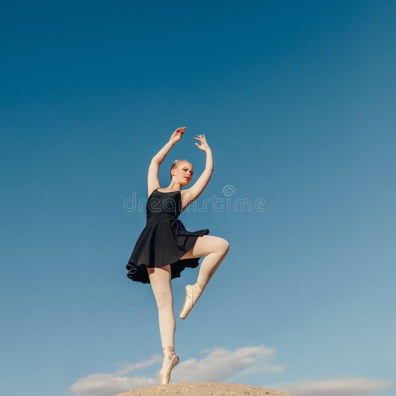 Weiblicher übender Tanz des Balletttänzers verschiebt sich auf einer Felsenspitze lizenzfreie stockfotografie