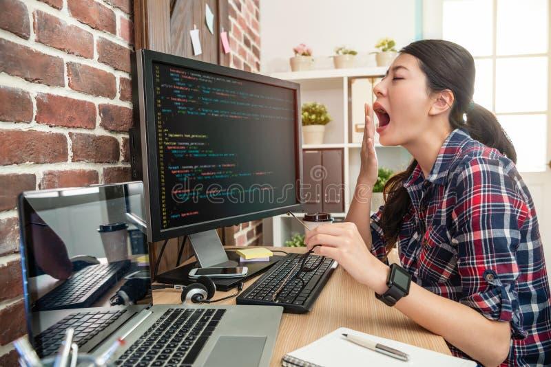 Weiblicher überbelastender und schwankender Programmierer stockbild