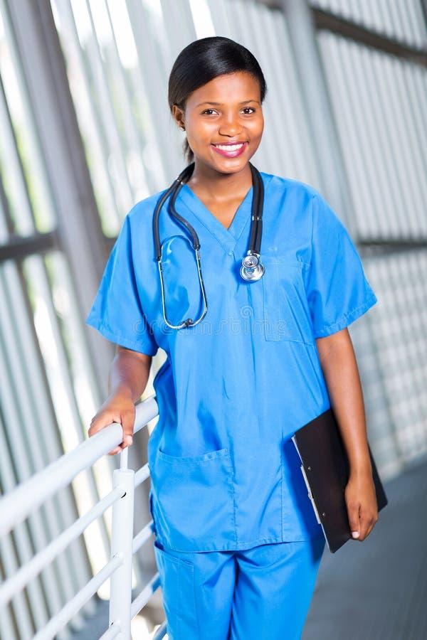 Weiblicher afrikanischer Arzt stockbild