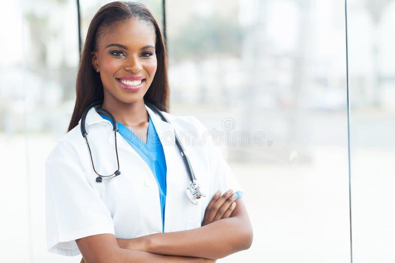Weiblicher afrikanischer Doktor lizenzfreies stockbild