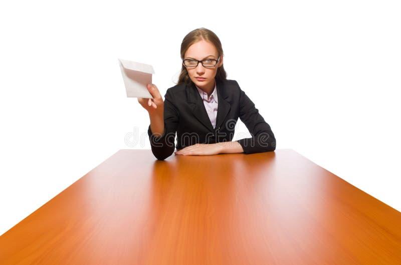 Weiblicher Angestellter, der am langen Tisch lokalisiert auf Wei? sitzt lizenzfreie stockfotos