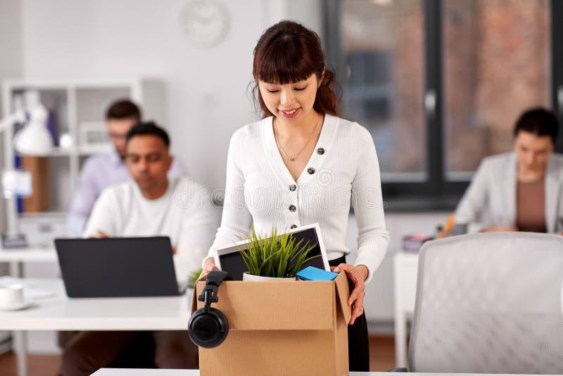 Weiblicher Angestellter mit pers?nlichem Material im B?ro lizenzfreie stockbilder